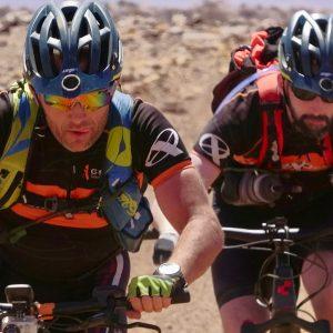 Une équipe de VTT fatbike sur une piste du désert Mauritanien