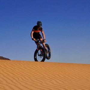 Acrobaties sur le fatbike dans le désert